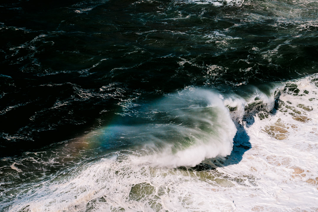 Regenbogen über einer Welle